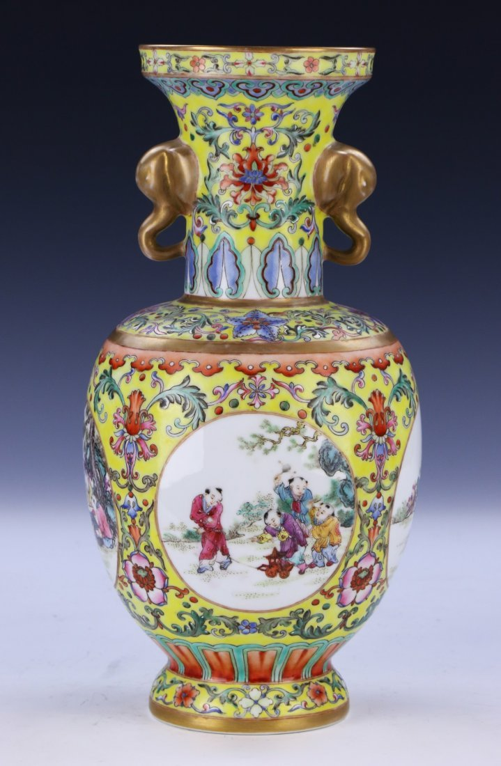 A Magnificent Chinese Famille Rose Porcelain Vase