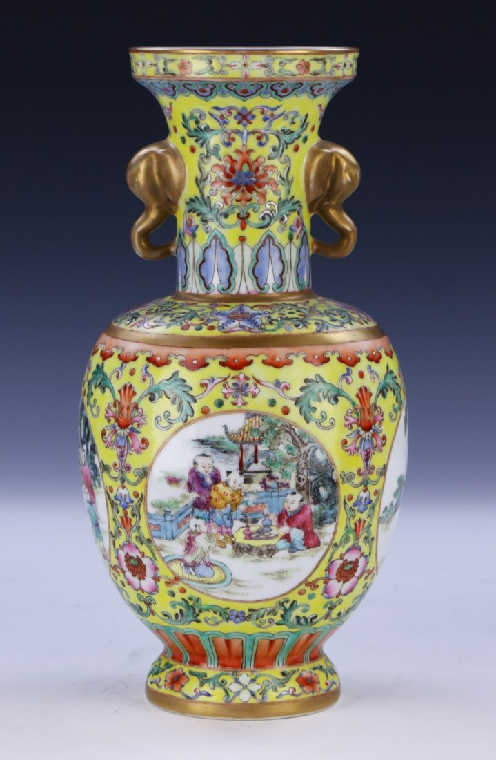 A Magnificent Chinese Famille Rose Porcelain Vase - 2