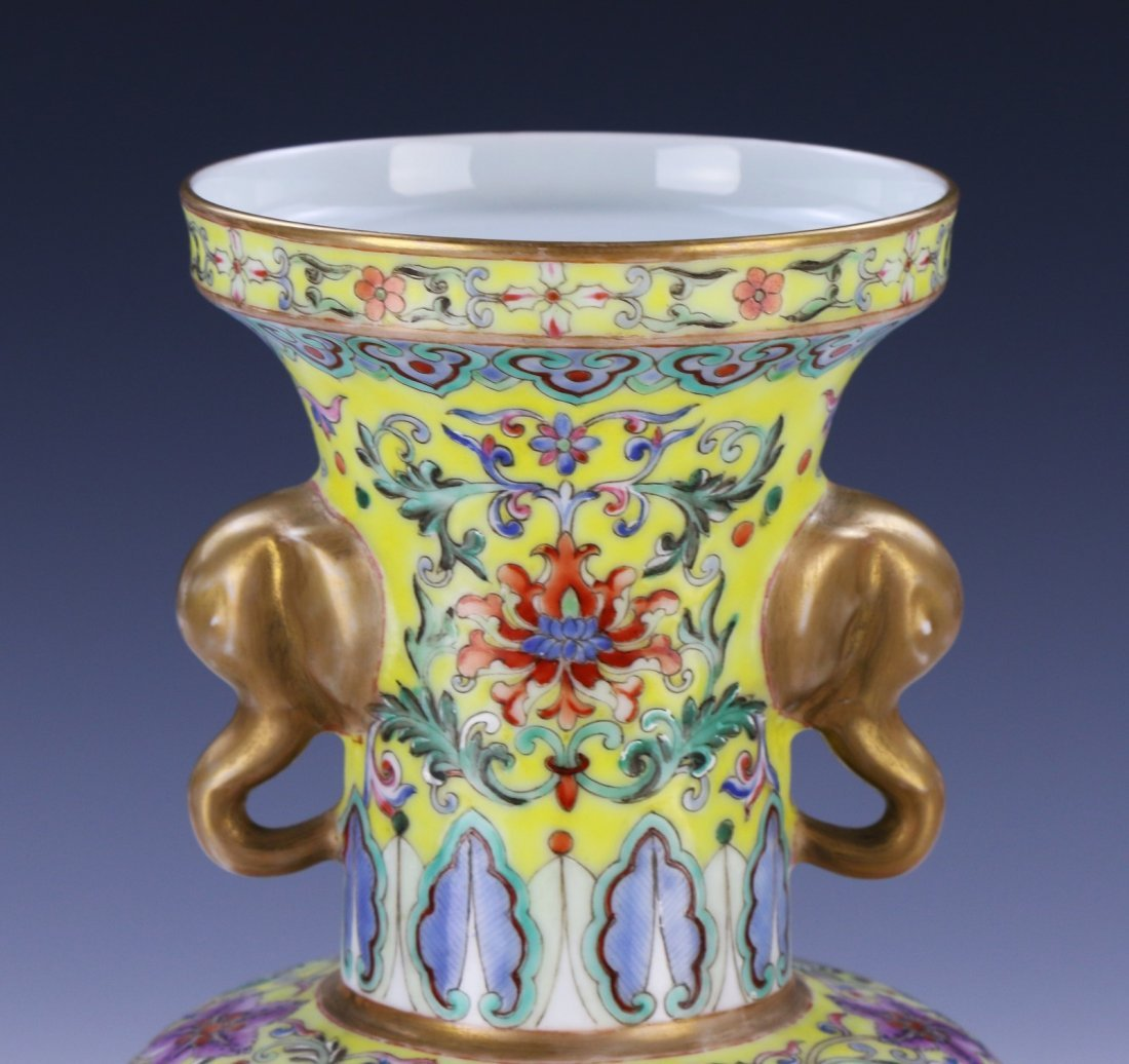A Magnificent Chinese Famille Rose Porcelain Vase - 5