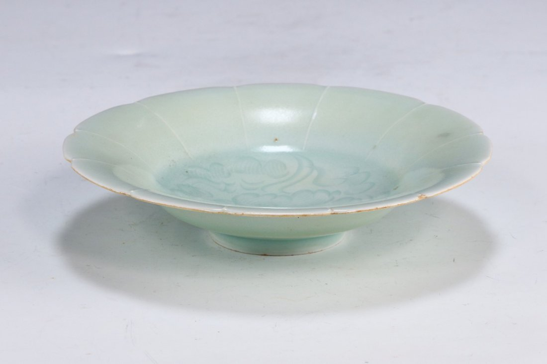 A CHINESE ANTIQUE CELADON GLAZED PORCELAIN PLATE