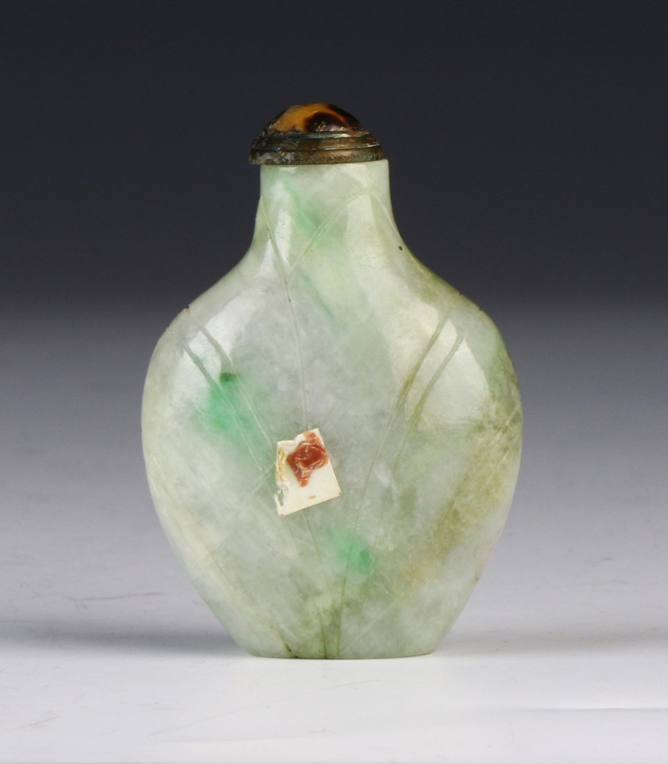 A CHINESE ANTIQUE PALE GREEN JADEITE SNUFF BOTTLE - 2