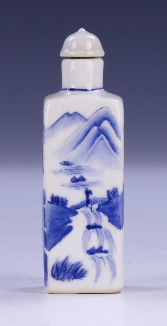 A CHINESE ANTIQUE BLUE & WHITE PORCELAIN SNUFF BOTTLE - 2
