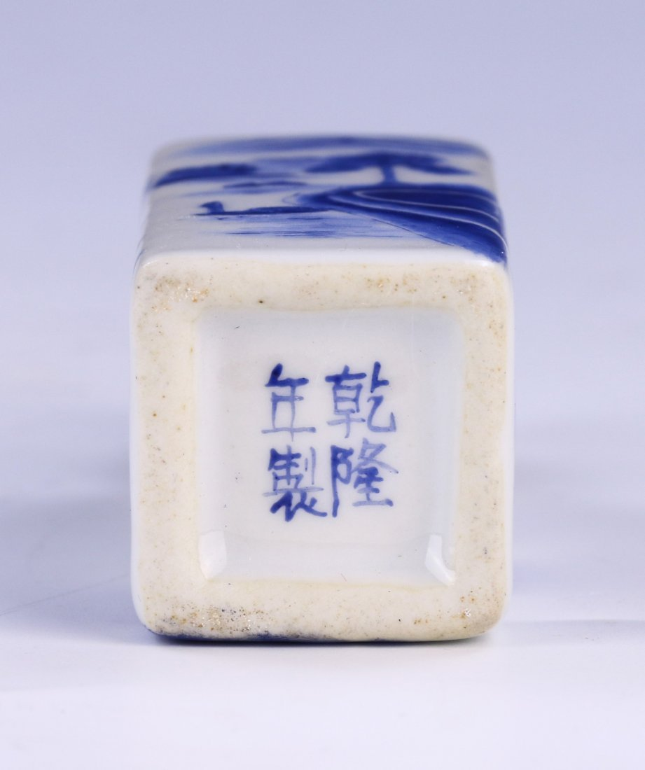 A CHINESE ANTIQUE BLUE & WHITE PORCELAIN SNUFF BOTTLE - 3