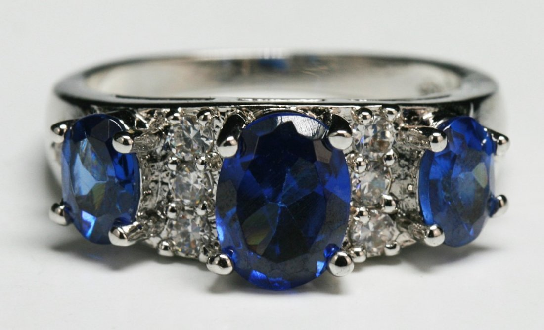 A Three Stone Sapphire Ring - 2