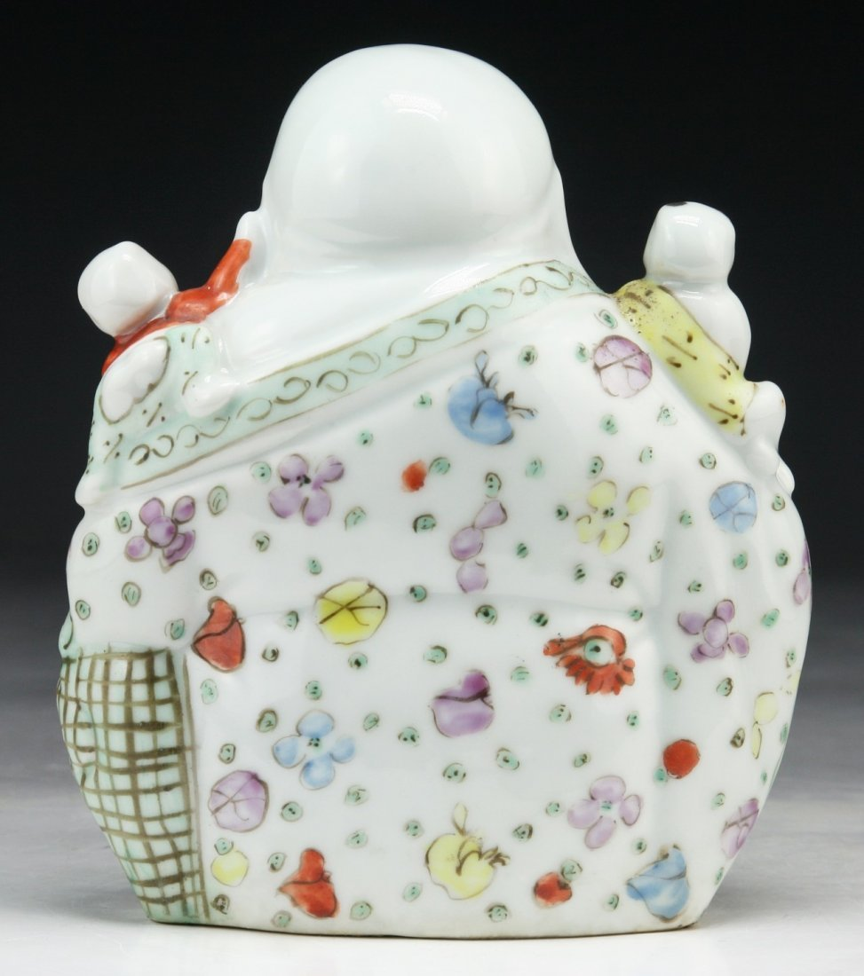 A CHINESE ANTIQUE FAMILLE ROSE PORCELAIN BUDDHA - 2