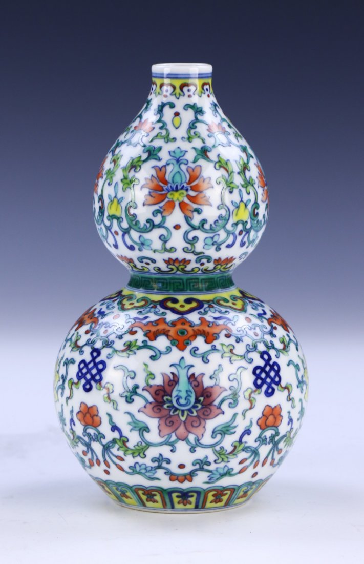 A CHINESE ANTIQUE DOUCAI PORCELAIN VASE