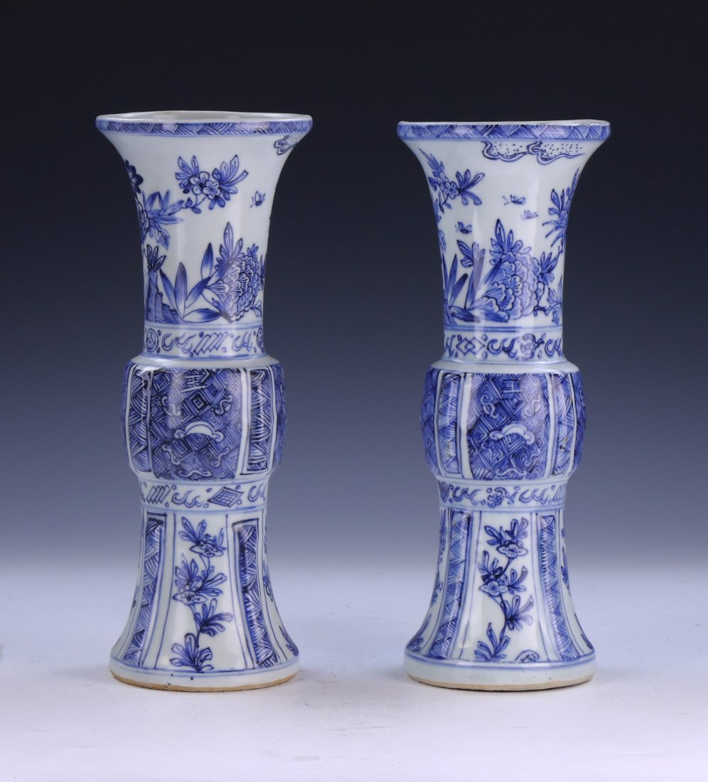 PAIR CHINESE ANTIQUE BLUE & WHITE PORCELAIN VASES