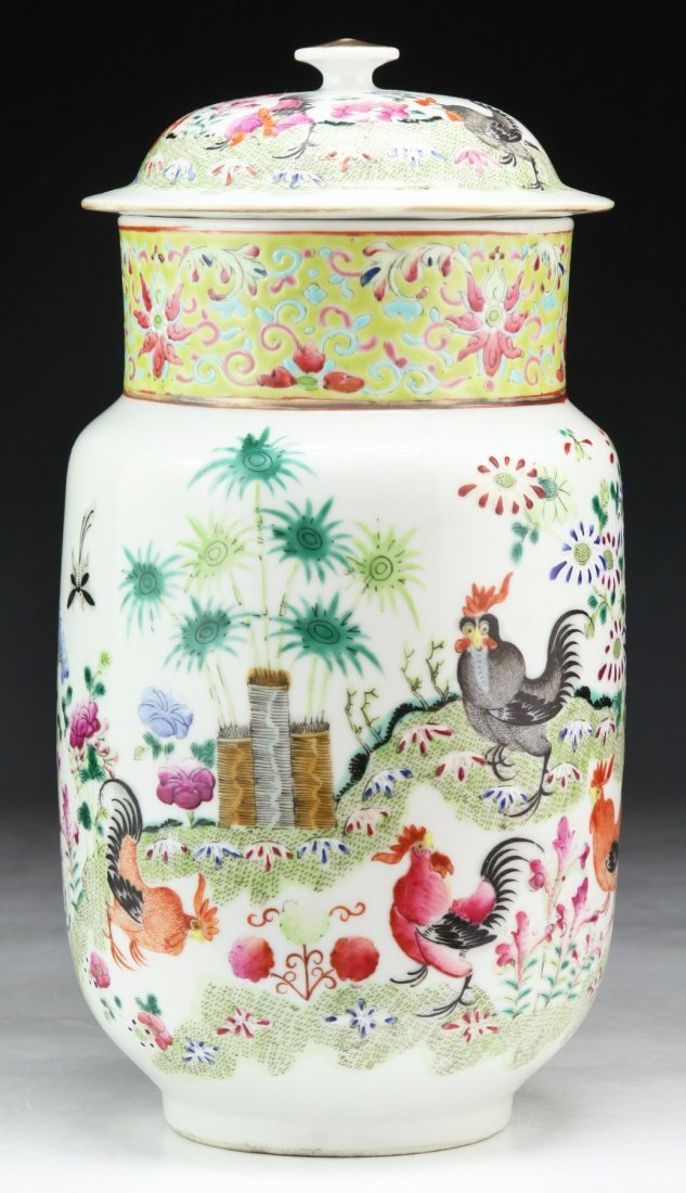 A CHINESE ANTIQUE FAMILLE ROSE PORCELAIN LIDDED VASE