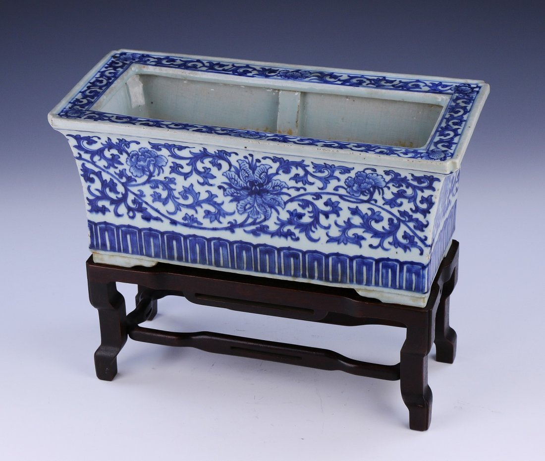 A CHINESE ANTIQUE BLUE & WHITE PORCELAIN PLANTER