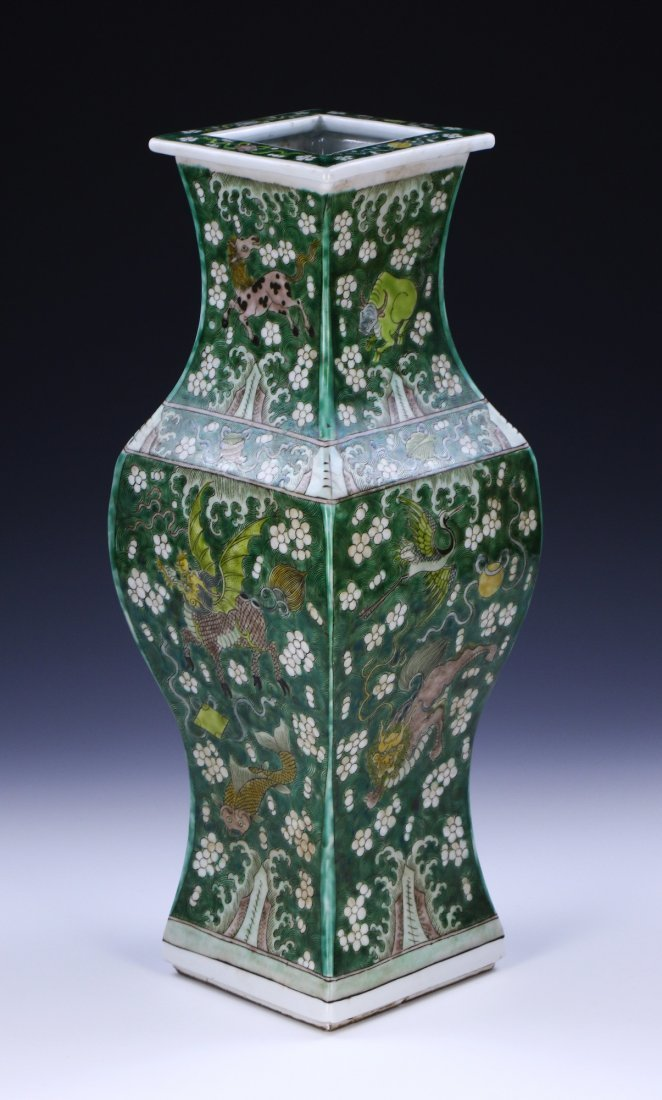 A CHINESE ANTIQUE SUSANCAI PORCELAIN VASE