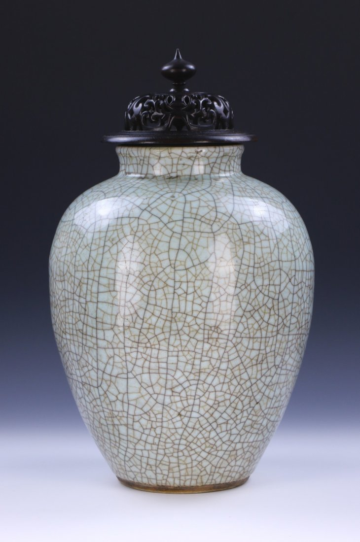 A CHINESE ANTIQUE GE-STYLE PORCELAIN VASE