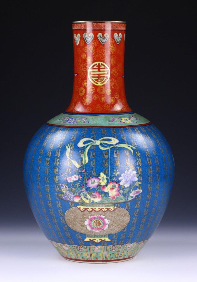 A CHINESE ANTIQUE FAMILLE ROSE PORCELAIN VASE - 2