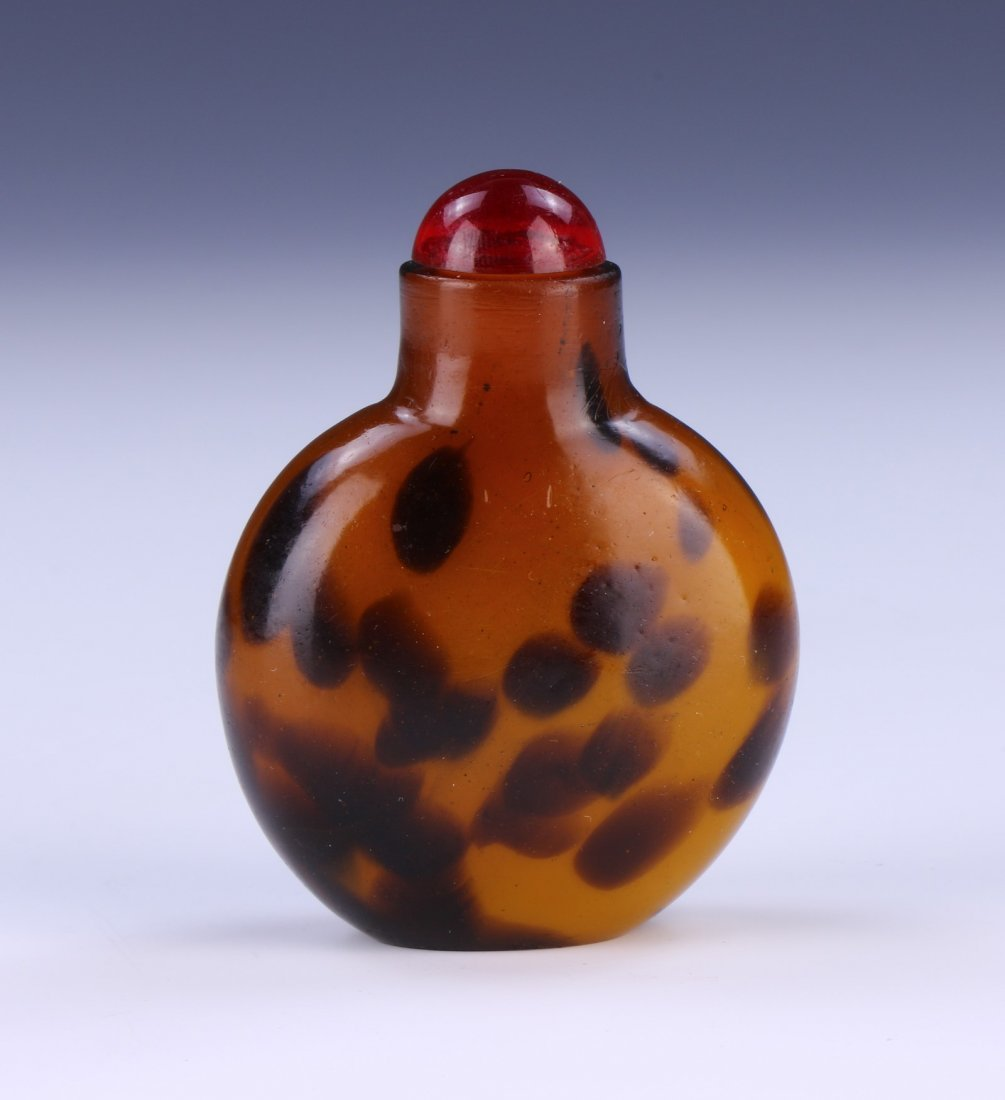 A CHINESE ANTIQUE GLASS SNUFF BOTTLE