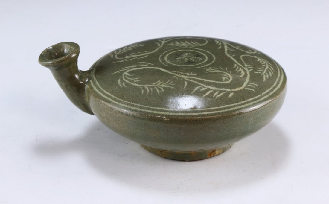 A KOREAN ANTIQUE CELADON GLAZED PORCELAIN VESSEL