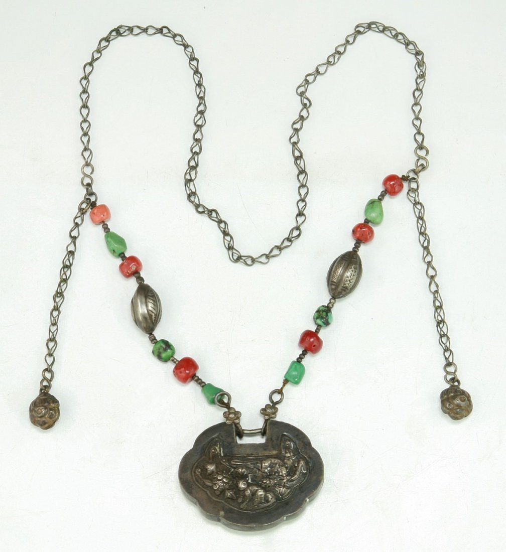 A CHINESE ANTIQUE CORAL & JADEITE SILVER NECKLACE