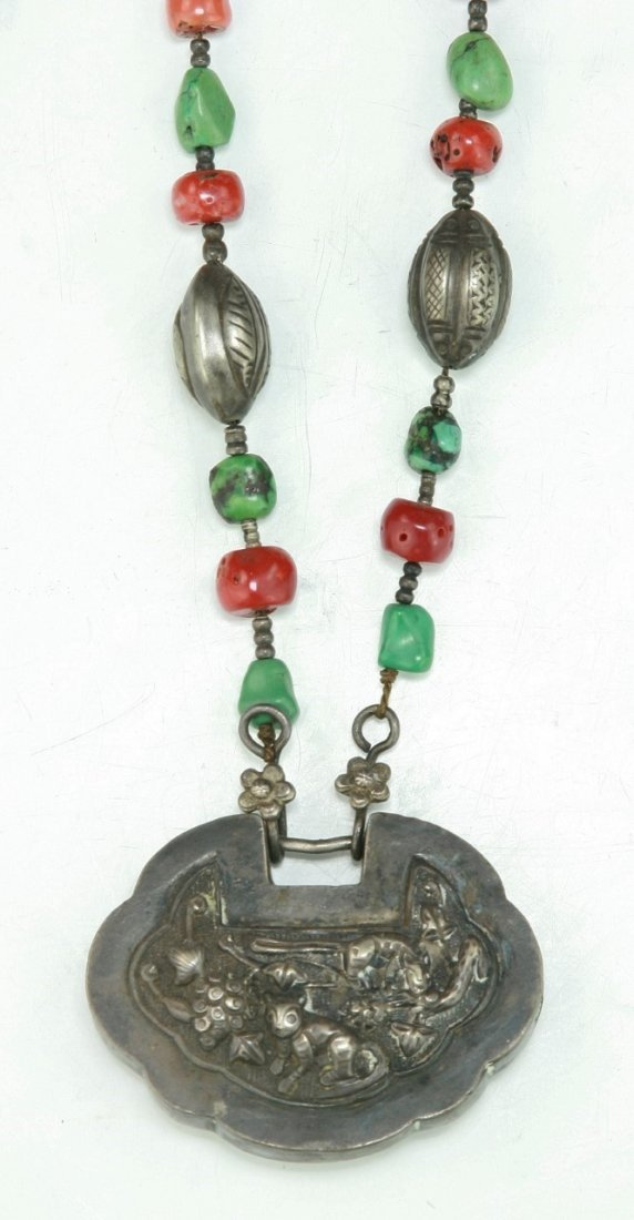 A CHINESE ANTIQUE CORAL & JADEITE SILVER NECKLACE - 2