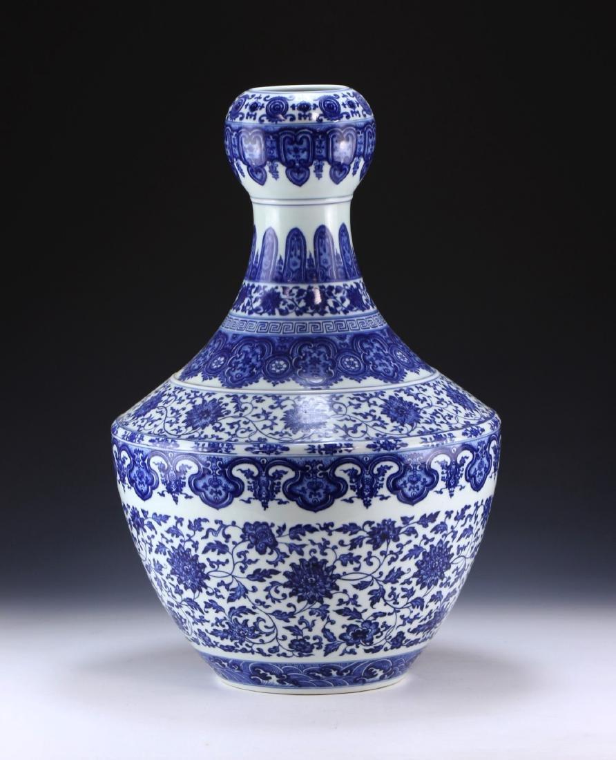 A MASSIVE CHINESE ANTIQUE BLUE & WHITE PORCELAIN VASE