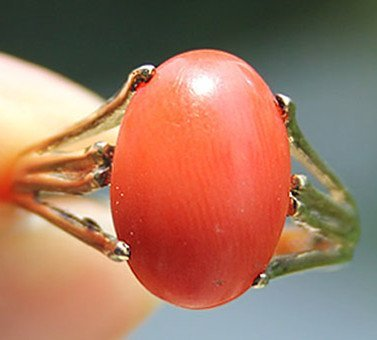 3: A Vintage 8K Gold Red Coral Bead Inlaid Ring