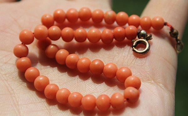 6: A Vintage Red Coral Bead Bracelet - 2