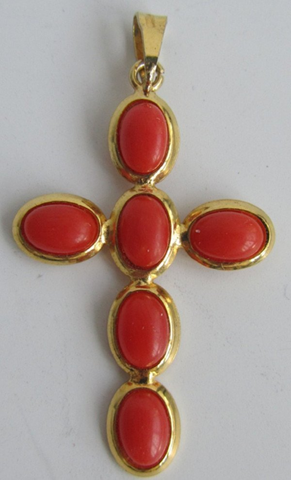 15: A Vintage 9K Gold Red Coral Bead Pendant