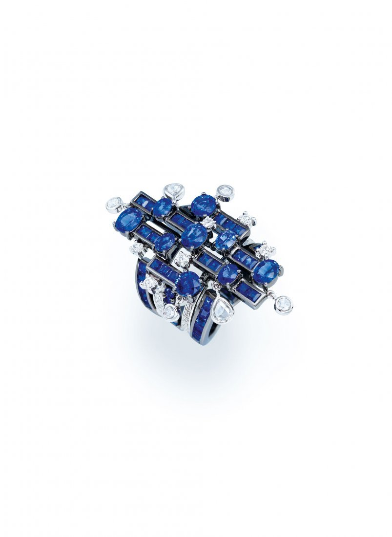 A SAPPHIRE AND DIAMOND RING, BY DILYS'