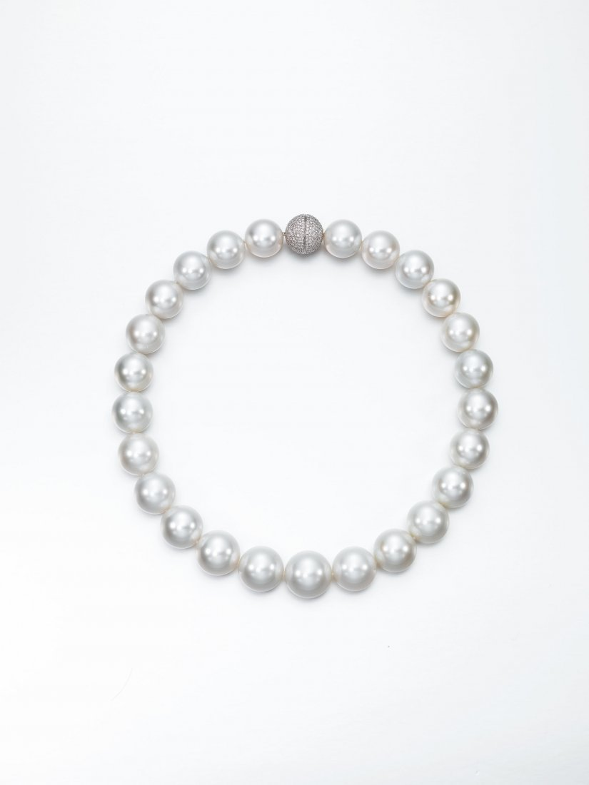 STRAND OF WHITE SOUTH SEA CULTURED PEARL NECKLACE
