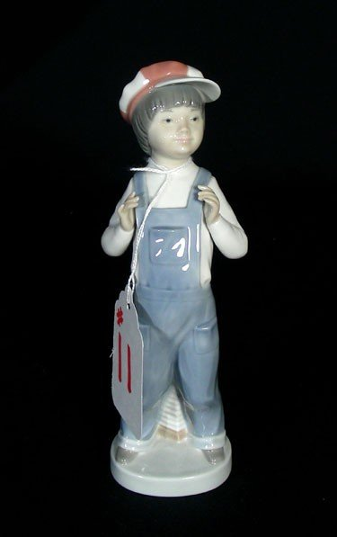 "11: LLADRO SCULPTURE OF YOUNG BOY ""BOY FROM MADRID"""