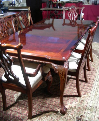 FINE HAND CARVED THOMASVILLE MAHOGANY DINING ROOM TABLE : Lot 0111