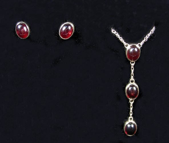 LADIES 14K YELLOW GOLD AND CABOCHON GARNET NECKLACE &