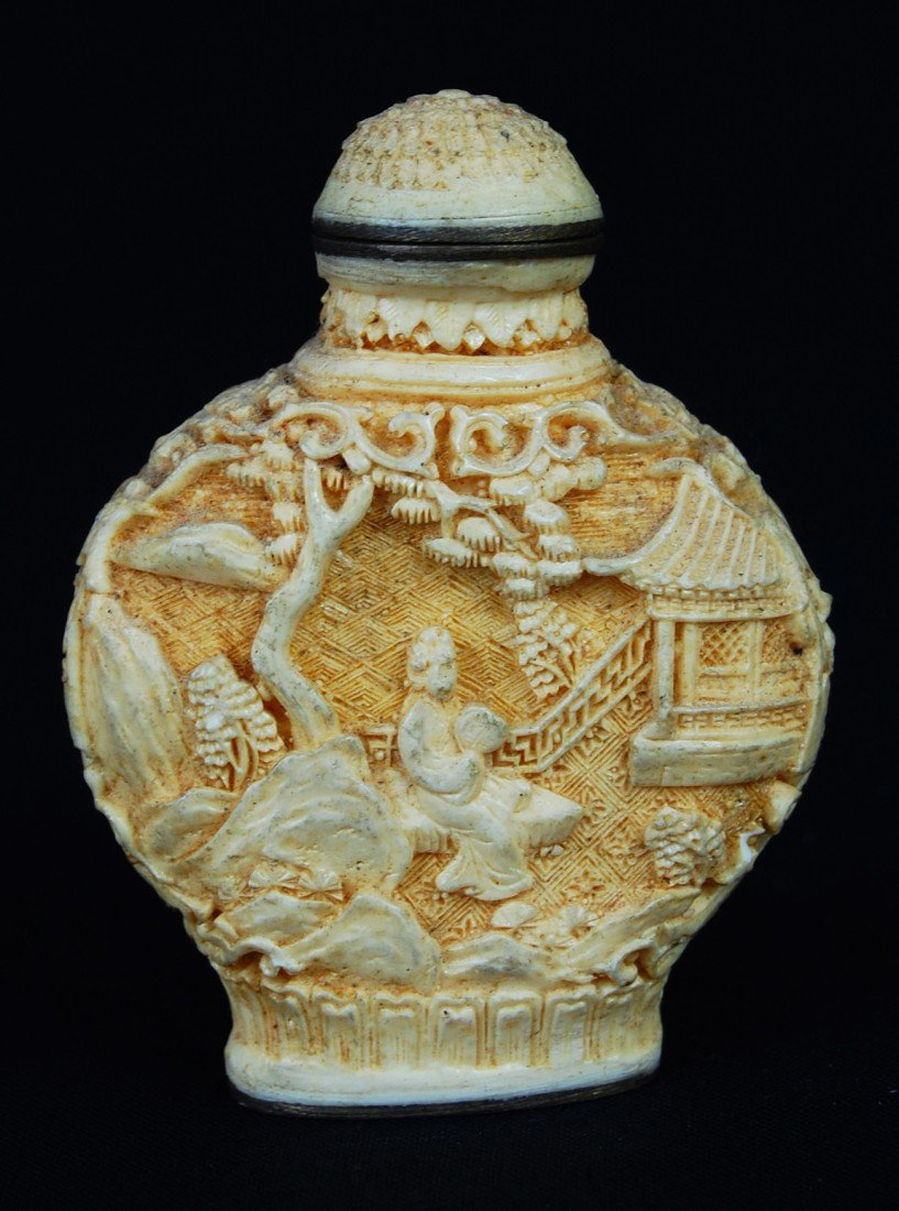 31: Antique Chinese Carved Cinnabar Snuff Bottle. Signe - 2