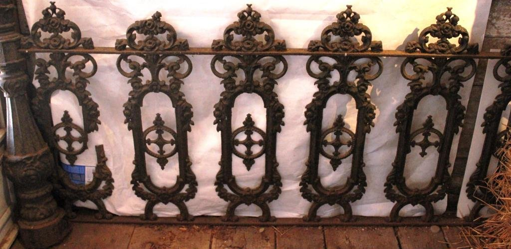20: 7 SECTIONS OF CAST IRON FENCE AND 2 END