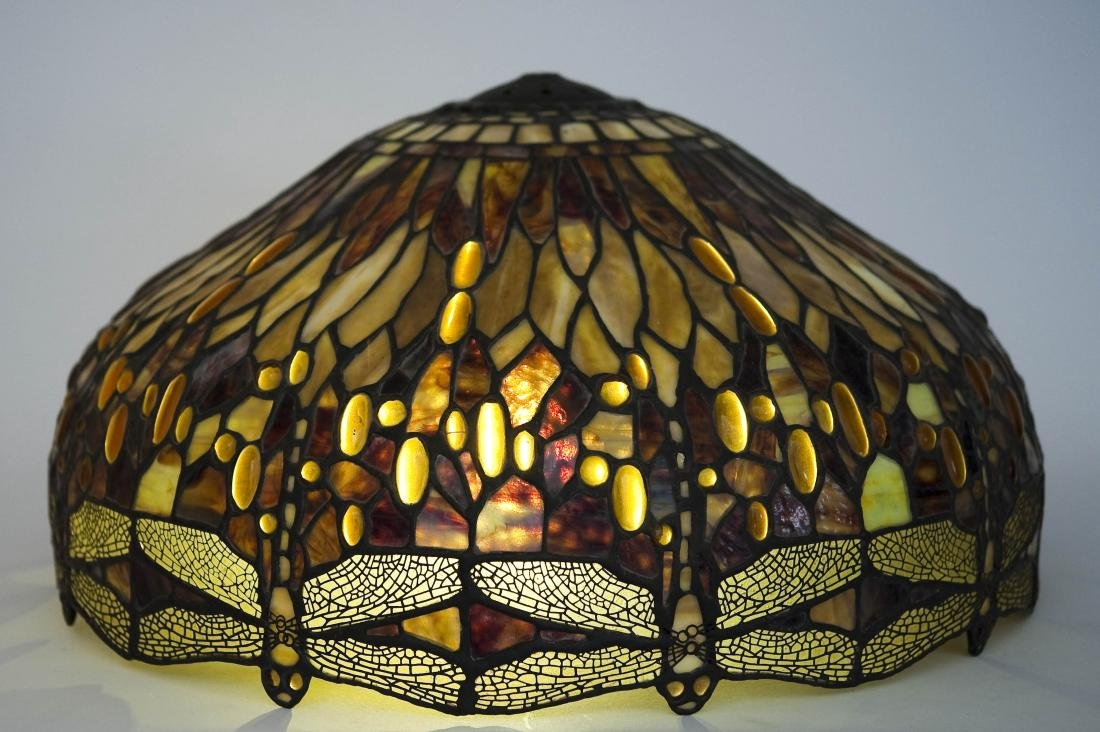 Tiffany Style Stained Glass Table Lamp on Bronze Base. - 5