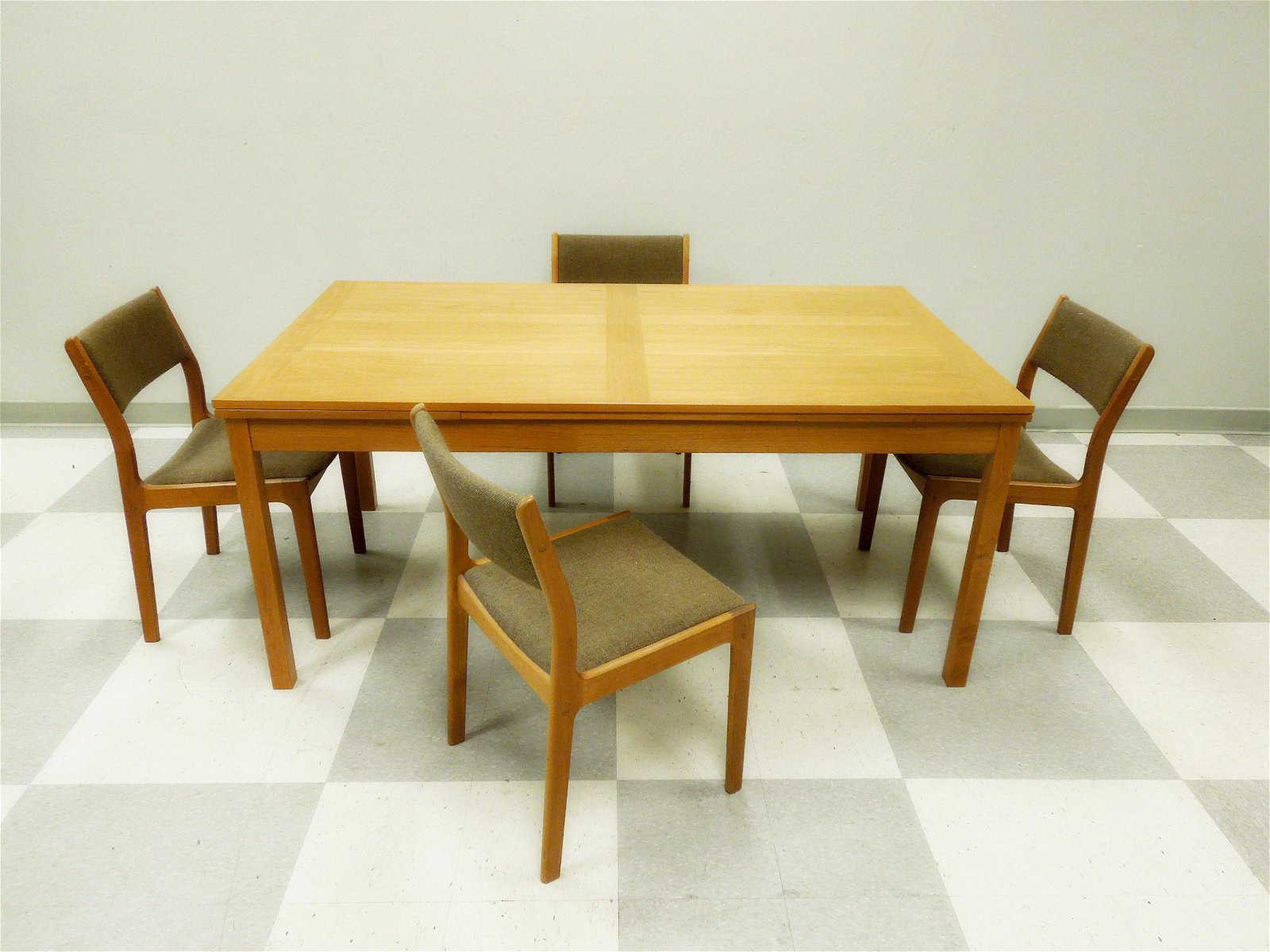 Danish Teak Draw Leaf Table with 6 Associated Chairs.