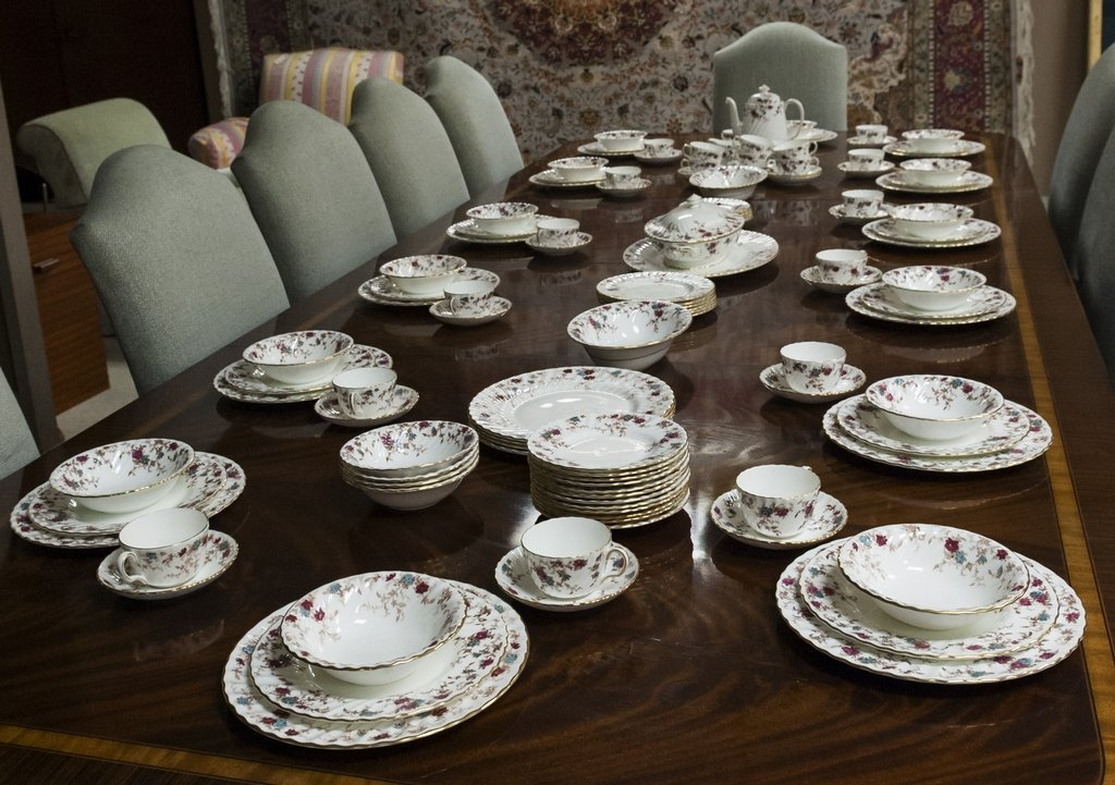 "Extensive Minton bone china dinner service ""Ancestral"""