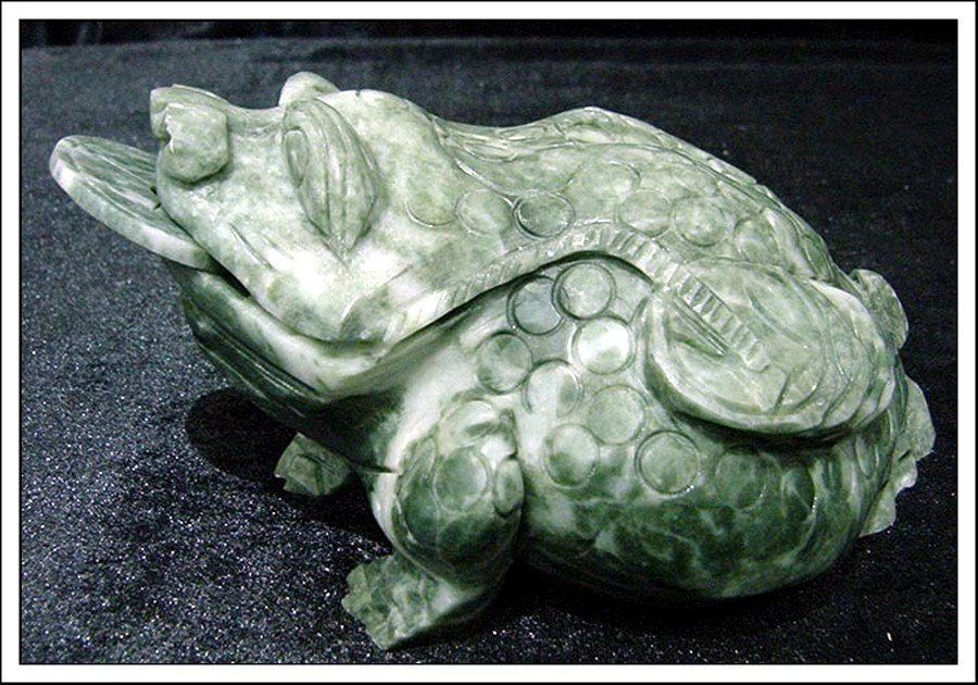 7J: REAL JADE LUCKY FROG W. COIN