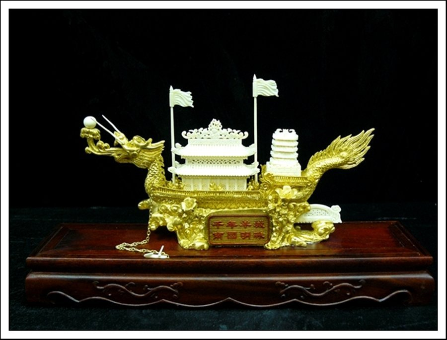 81J: BONE GOLDEN DRAGON BOAT WITH CASE