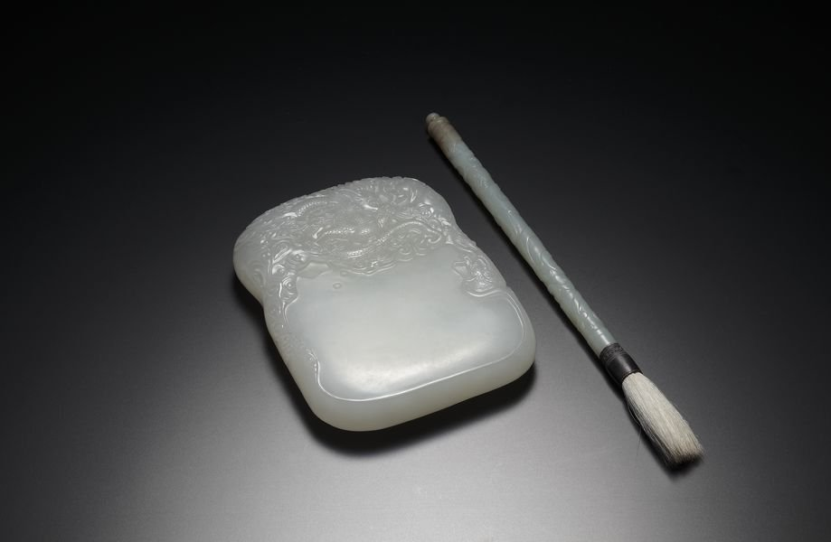 A SET OF A BRUSH AND A JADE INKSTONE
