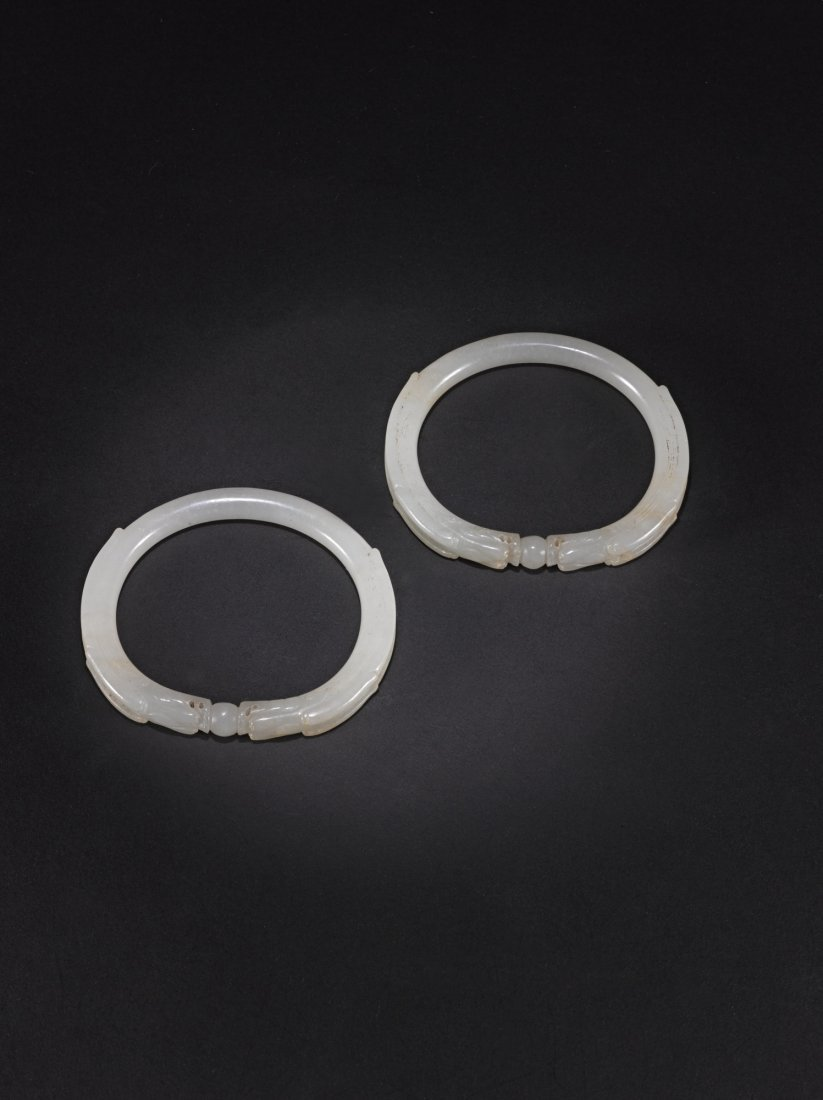 A PAIR OF WHITE JADE DRAGON BRACELET