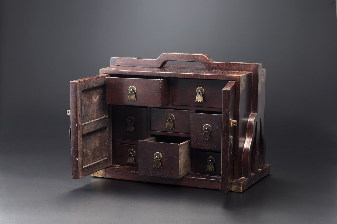 A CARVED ZITAN BOX