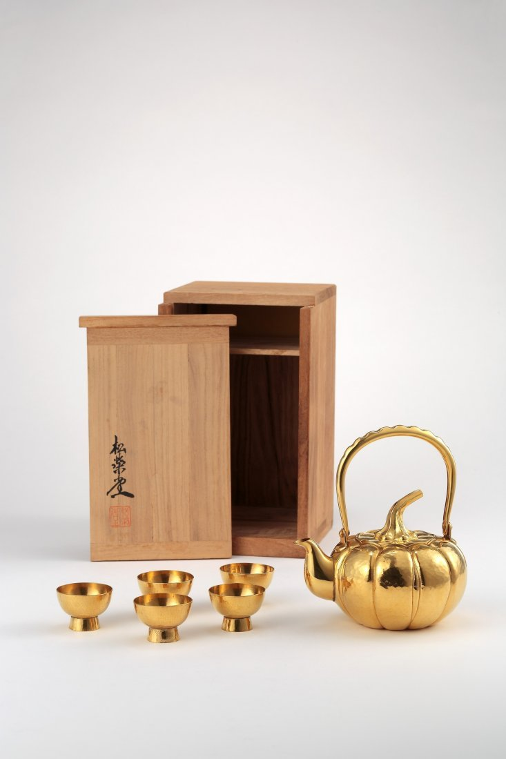 A JAPANESE GOLD TEAPOT AND CUPS