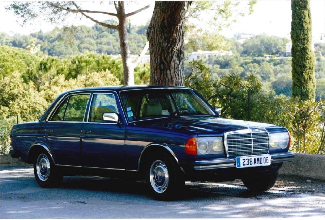 Véhicule de marque MERCEDES modèle 300D, bleu