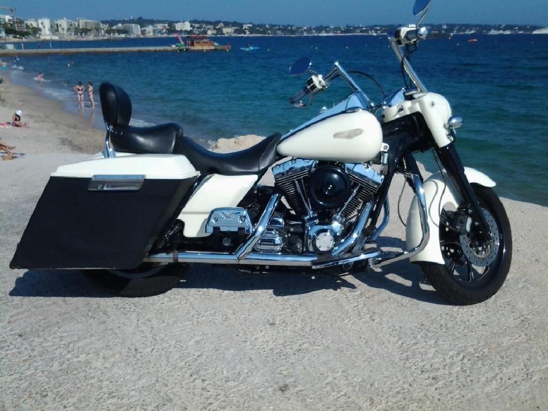 Moto HARLEY DAVIDSON modèle ROAD