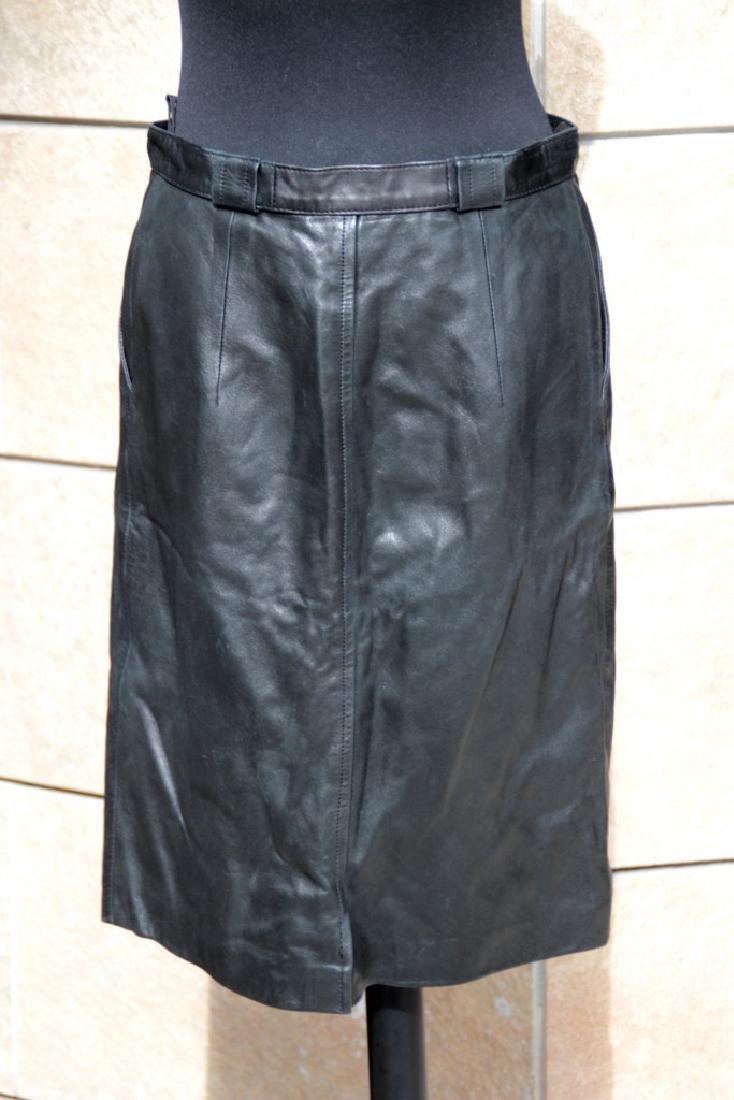 CELINE Jupe droite en cuir noir et boutons siglés dorés