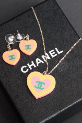 CHANEL Parure en PVC composée d'un collier avec pendent