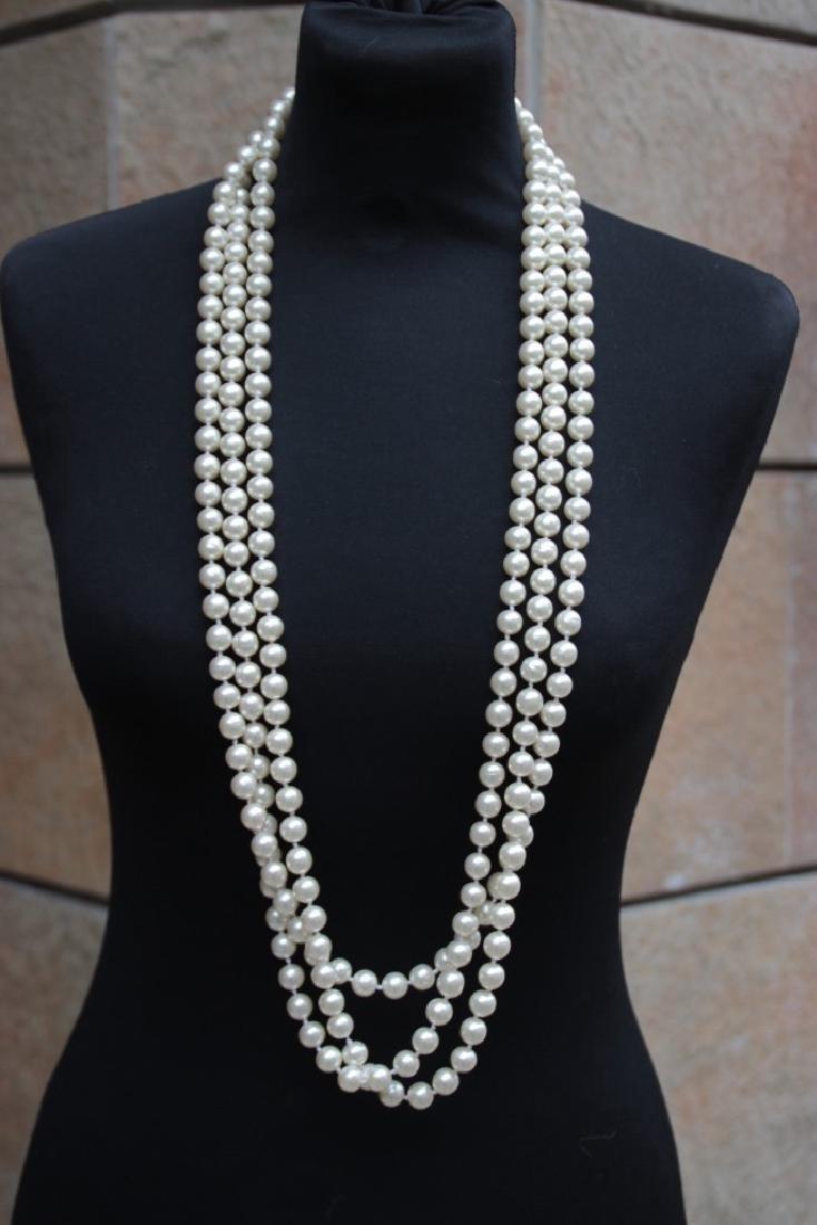 CHANEL Long sautoir en perles blanches nacrées. Fermoir