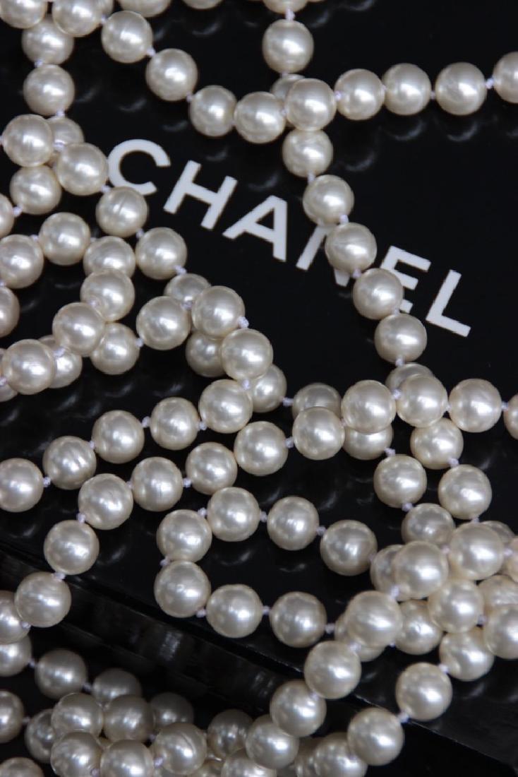 CHANEL Long sautoir en perles blanches nacrées. Fermoir - 2