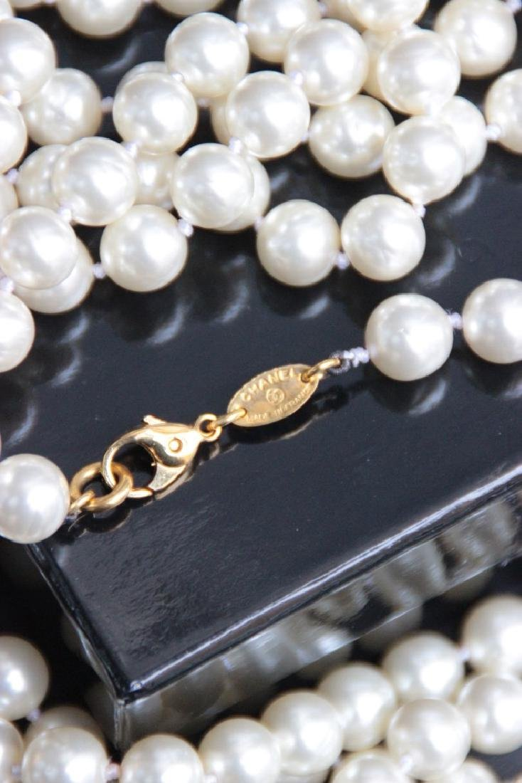 CHANEL Long sautoir en perles blanches nacrées. Fermoir - 3