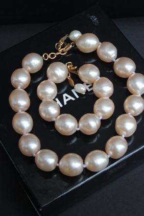 CHANEL Parure en grosses perles blanches nacrées compos