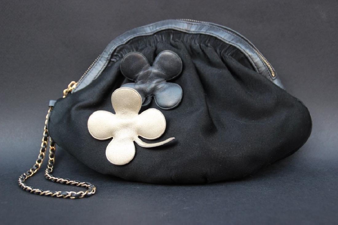 CHANEL Pochette bourse en satin noir, deux fleurs en cu