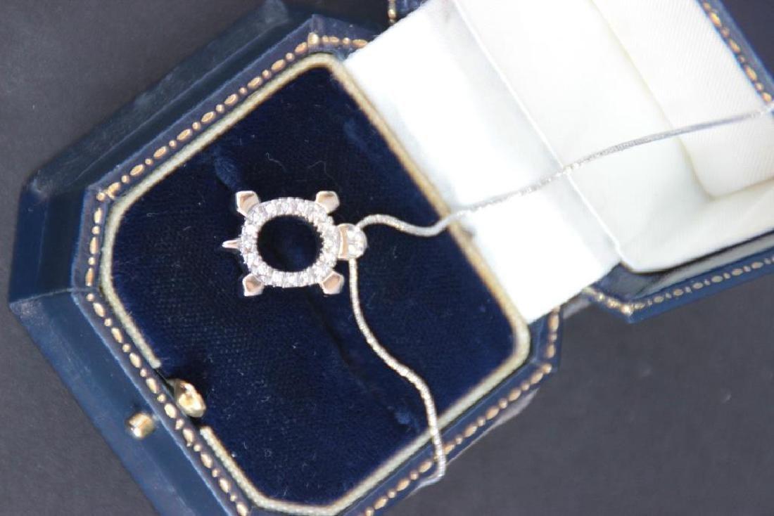 Collier en or blanc 18k avec pendentif à motif d'une